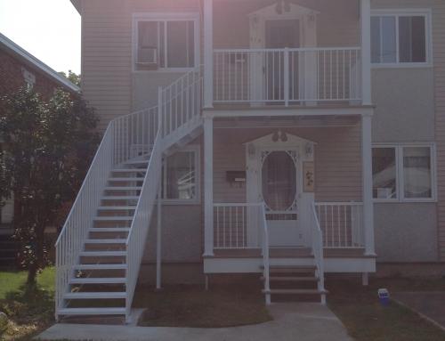 Devanture avec escaliers, rampes et colonnes