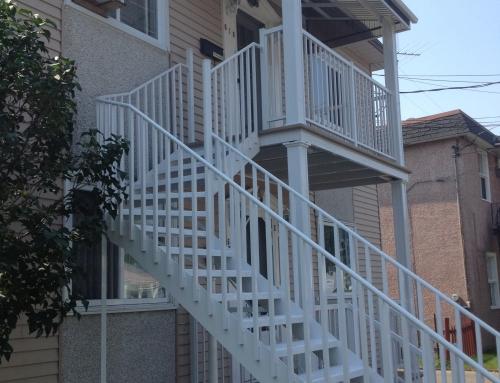Devanture avec escaliers, rampes et colonnes2